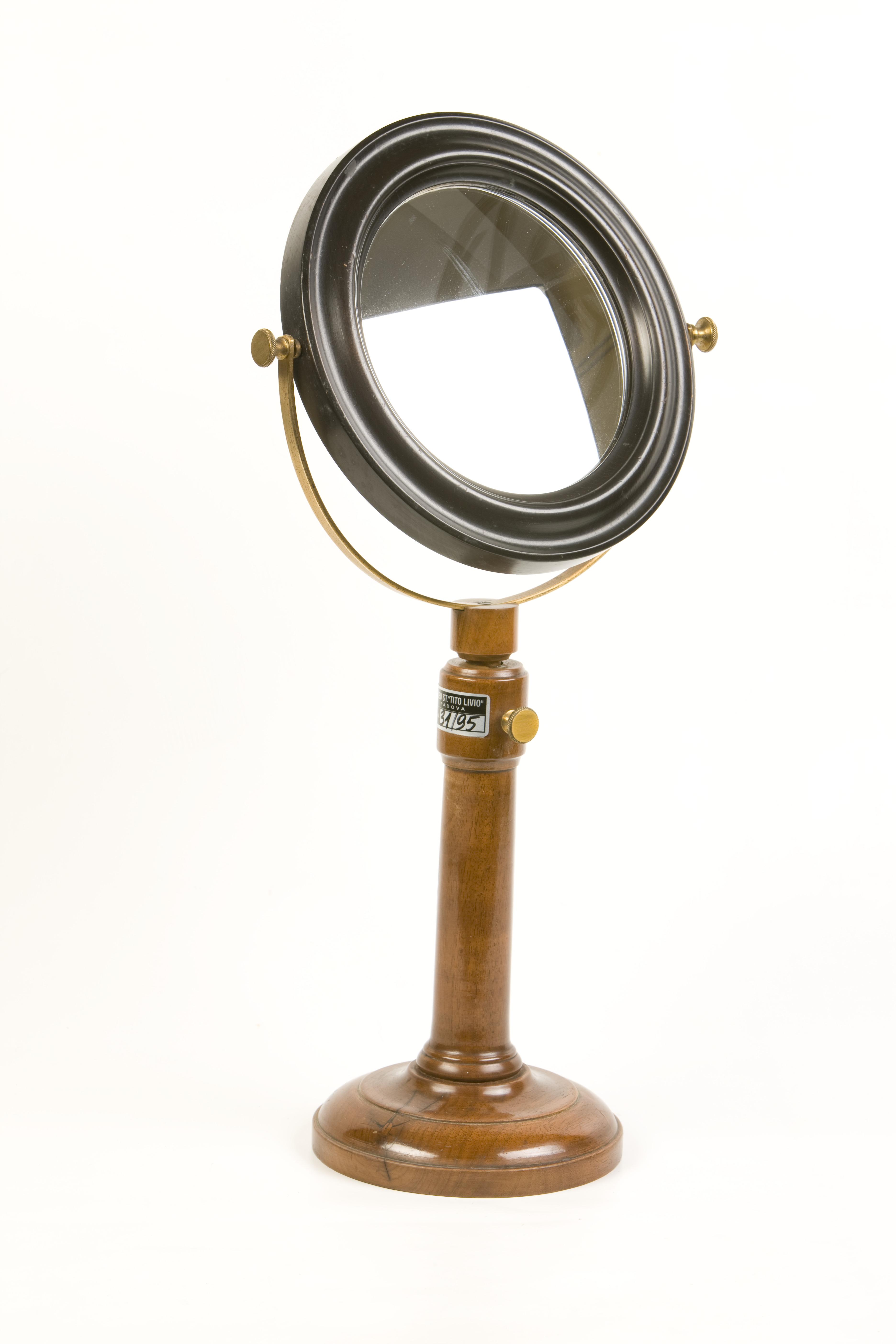 7- Specchio su supporto di legno