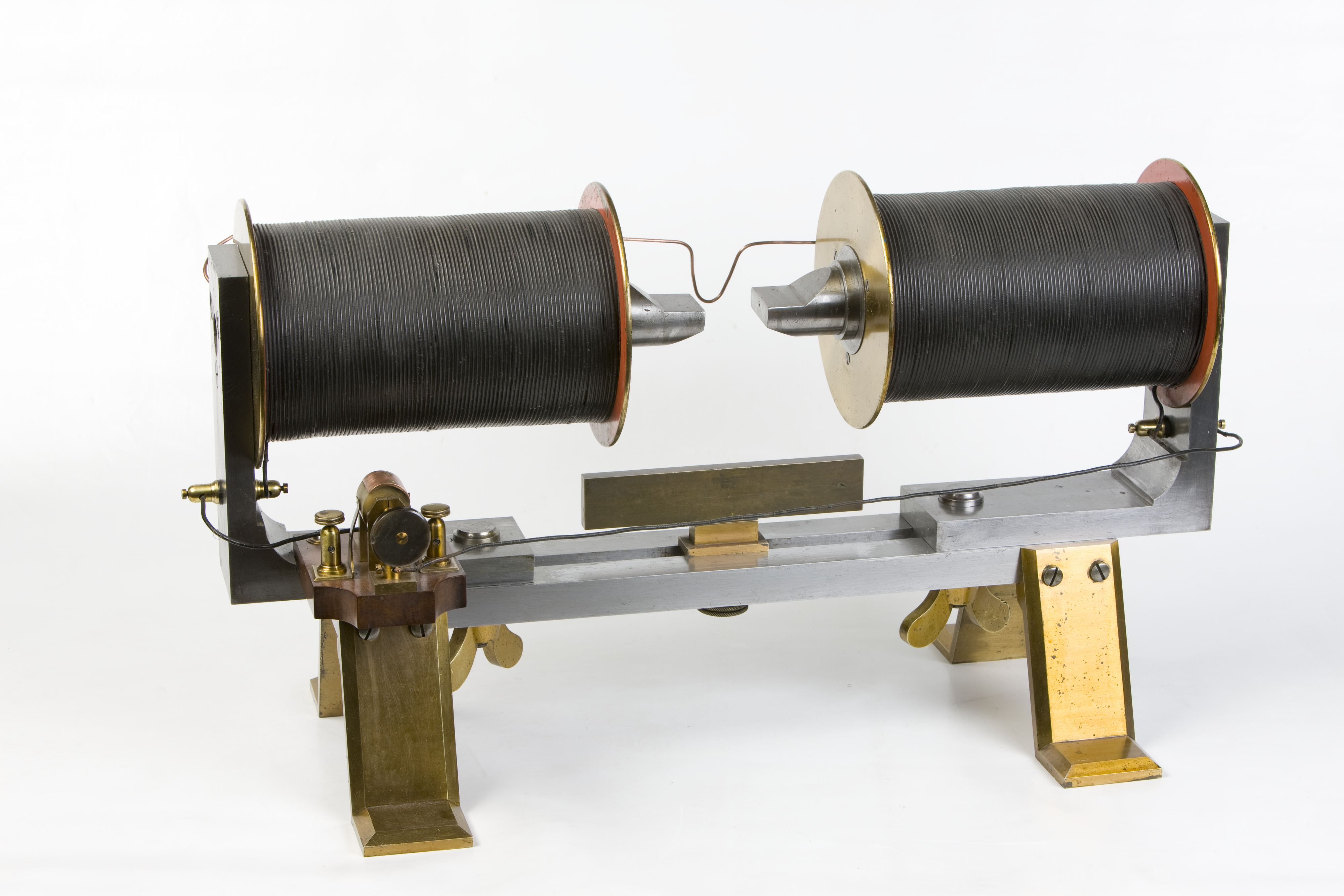 11- Elettromagnete di Ruhmkorff per le esperienze di Faraday sulle proprietà magnetiche dei materiali e sull'effetto magneto ottico