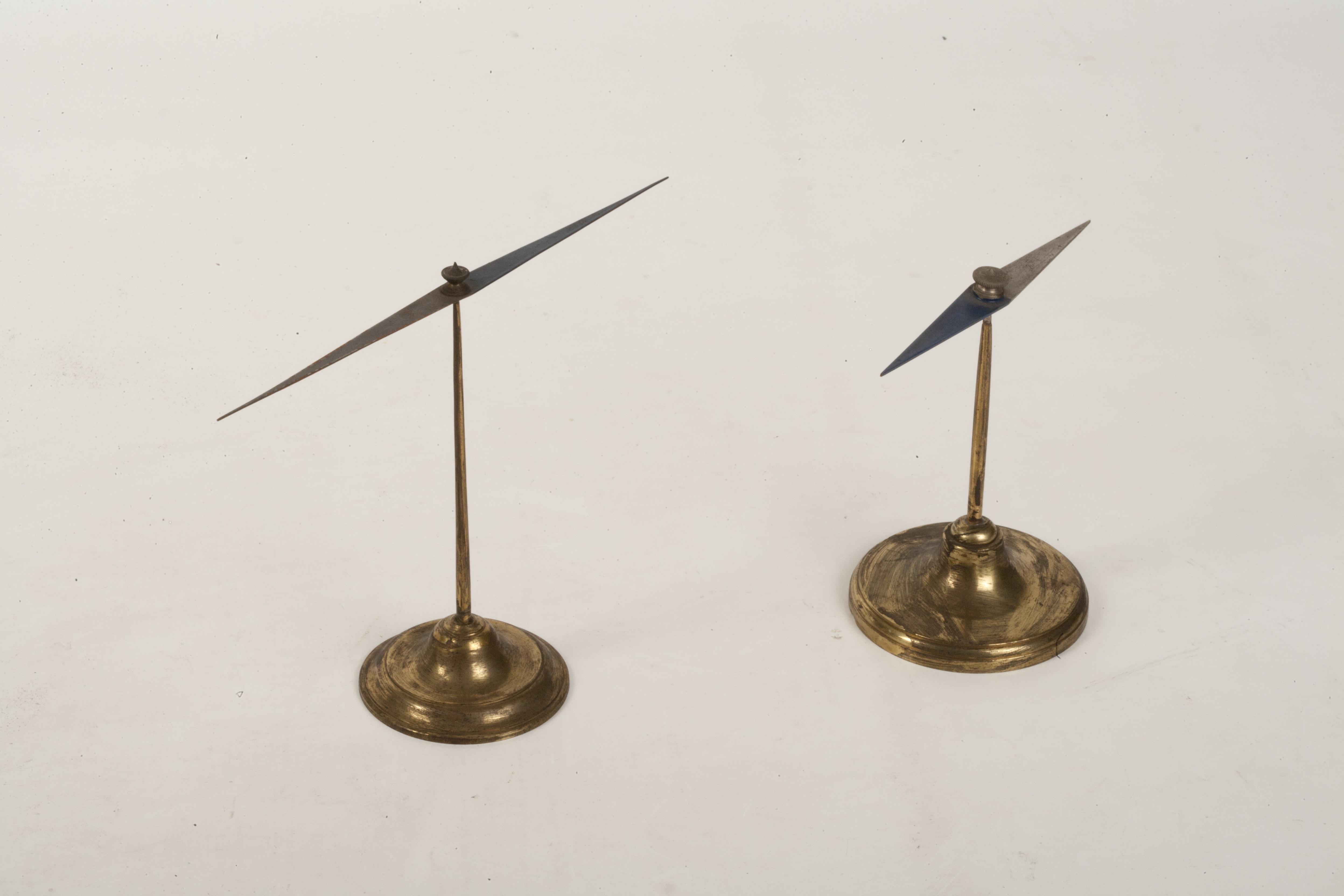 Due aghi magnetici su supporto