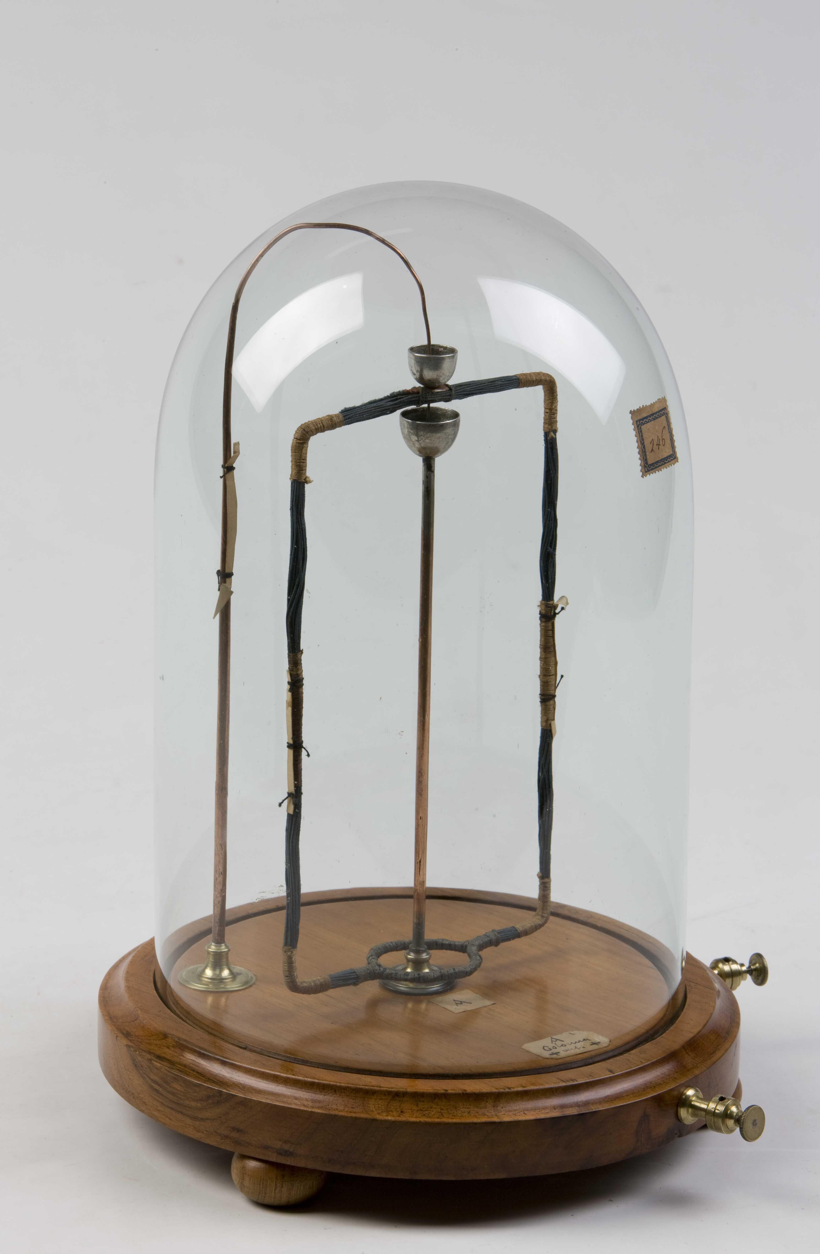 8- Apparecchio per lo studio delle interazioni fra due conduttori percorsi da una corrente