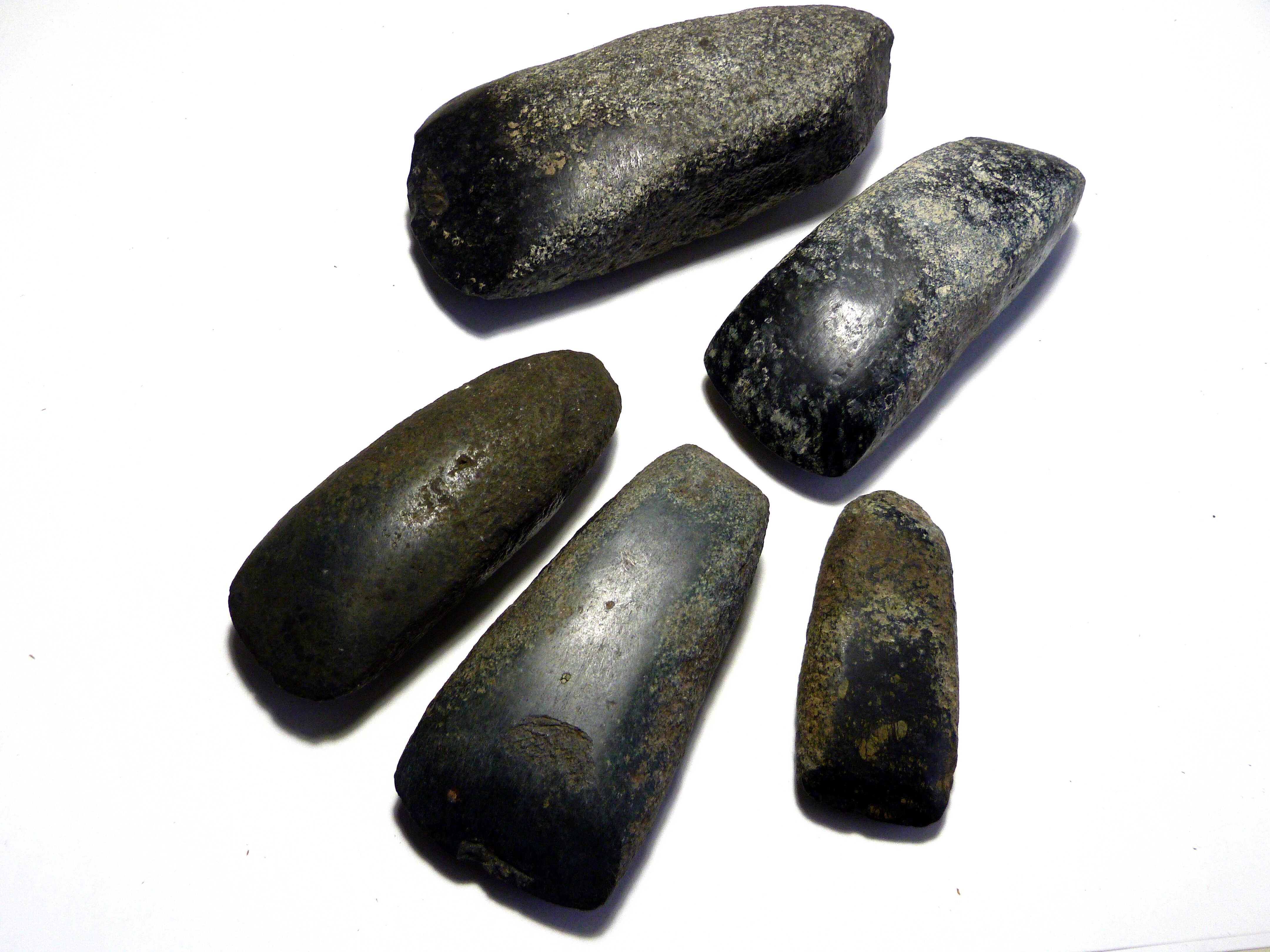Asce in pietra levigata