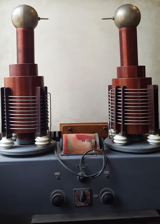 Generatore bipolare di corrente ad alta tensione e frequenza
