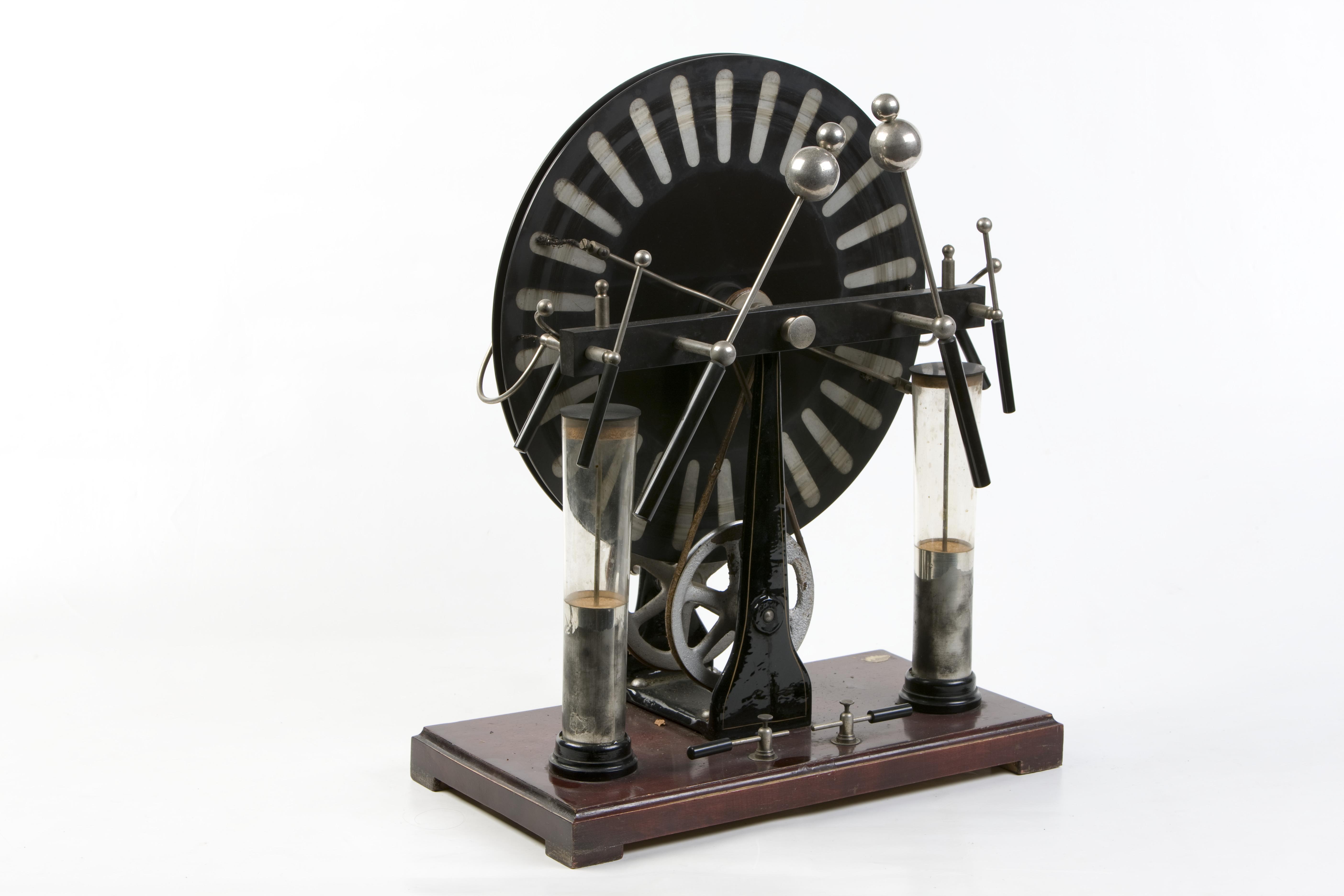 9- Generatore elettrostatico a induzione di Wimshurst