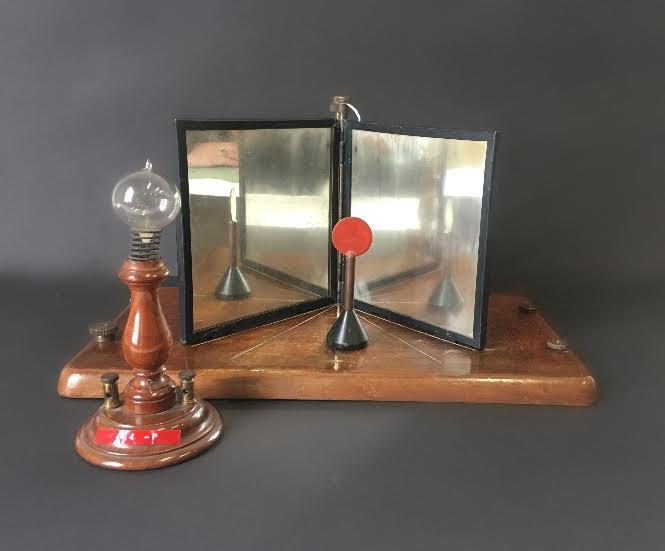 Specchi ad angolo e sostegno con lampadina
